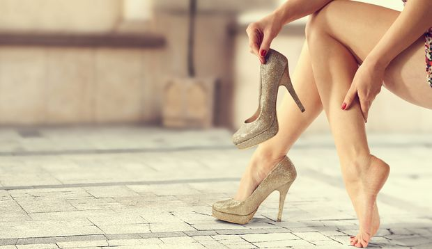 Tragen Sie hohe Schuhe nicht zu lange. Das schont Ihre Füße.