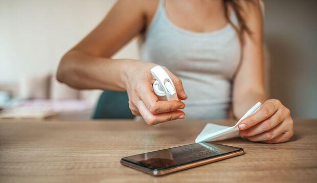 Um dein Handy gründlich zu reinigen, brauchst du kein Desinfektionsmittel
