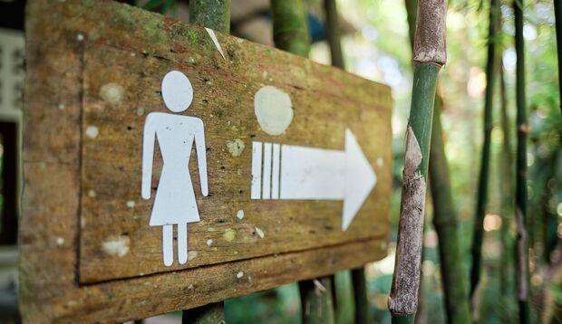Urinierhilfen ermöglichen es Frauen, unterwegs im Stehen zu pinkeln, statt auf eklige öffentliche Toiletten zu gehen