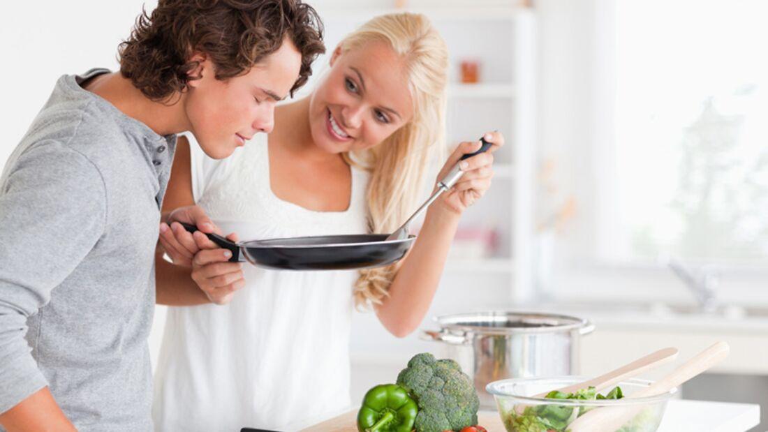Vegetarier und Fleischesser glücklich und zufrieden an einem Tisch. Geht nicht? Geht doch! Wir zeigen wie
