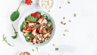Vegetarischer Salat mit Erdbeeren und Rucola