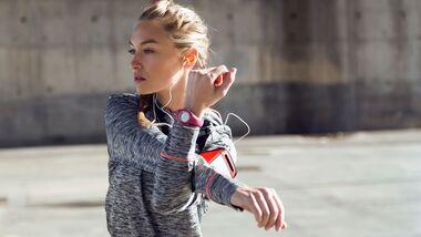 Vor dem Sport sollte man seine Muskeln dehnen und ausreichend trinken