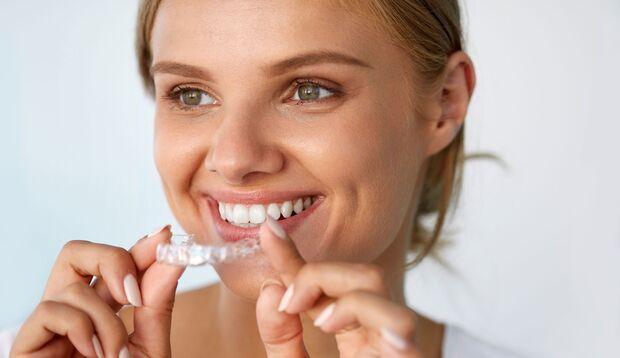 Weiße Zähne dank Bleachingschiene