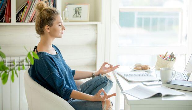 Wer im Home-Office arbeitet, ist häufiger gestresst. Entspannungsübungen helfen