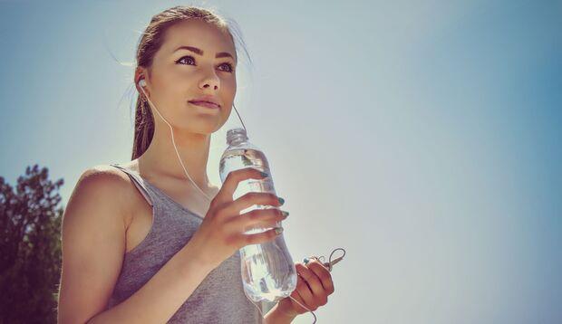 Wer im Laufe des Tages viel trinkt und sich ballaststoffreich ernährt, beugt Verstopfungen effektiv vor.
