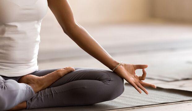 Wer regelmäßig meditiert, senkt seinen Blutdruck und kurbelt die Serotoninproduktion an.