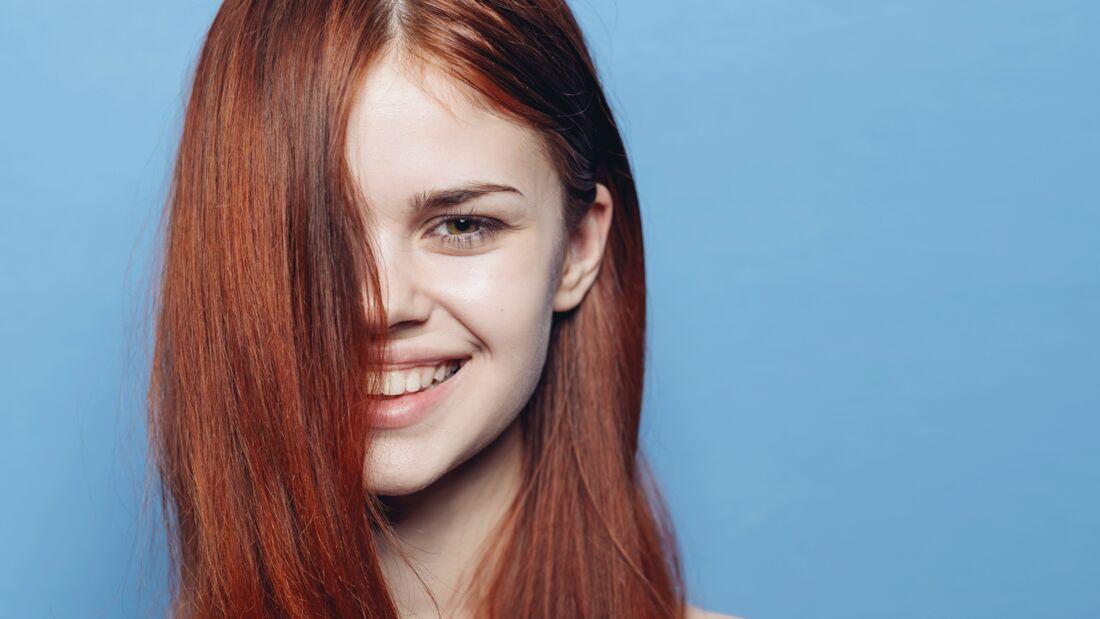 Wie die Haarfarbe zu Hause so gleichmäßig und kräftig wird, verraten wir hier