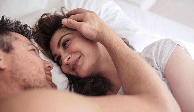 Zärtlichkeit und Nähe mit dem Partner erleben manche Frauen so intensiv wie einen Orgasmus.