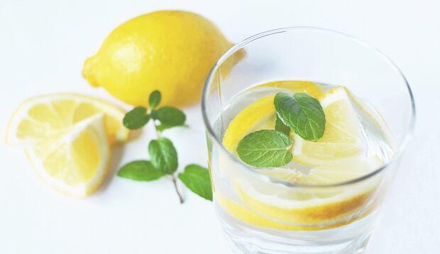 Zitronenwasser schmeckt angenehm frisch