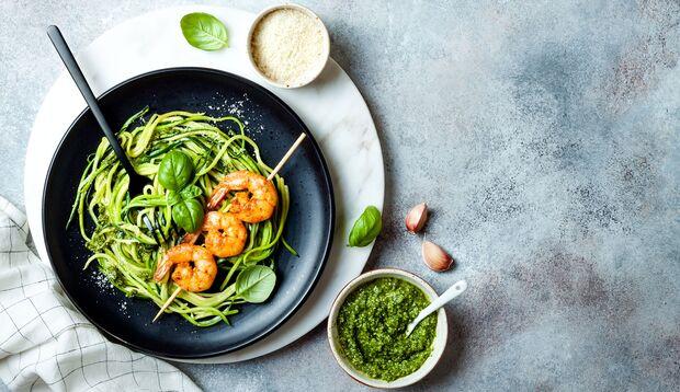 Zucchini-Nudeln mit Garnelen und Pesto