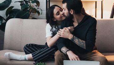 Nackte Mädchen küssen ihre Freunde