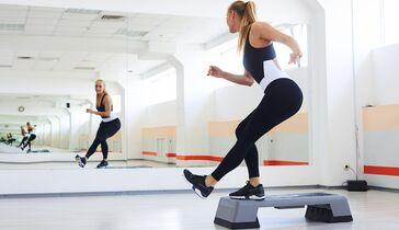 Aerobic-Schrittgymnastik zu Hause, um Gewicht zu verlieren